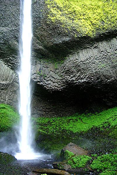 Водопад Латорел в окружении частично расрушающейся скалы