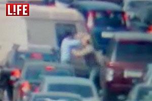 Драка с инкассатором в пробке, спровоцированная водителем джипа.