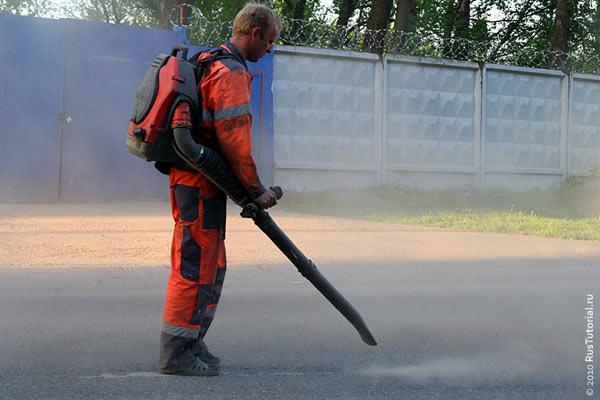 Предварительно перед нанесением краски с дороги собирают пыль