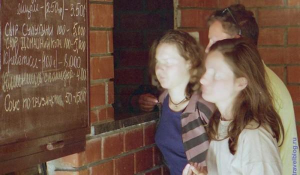 Меню с ценами (в рублях) в достаточно цивилизованном кафе. Туапсе, 1997 год.