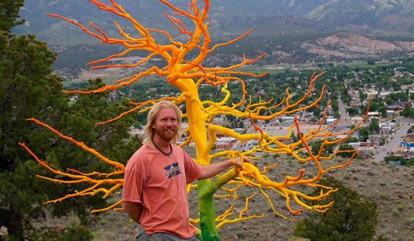 Curtis Killorn перед деревом над городом Салида, штат Колорадо.