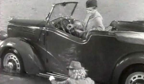 Командирский автомобиль в фильме «Сердца четырех».