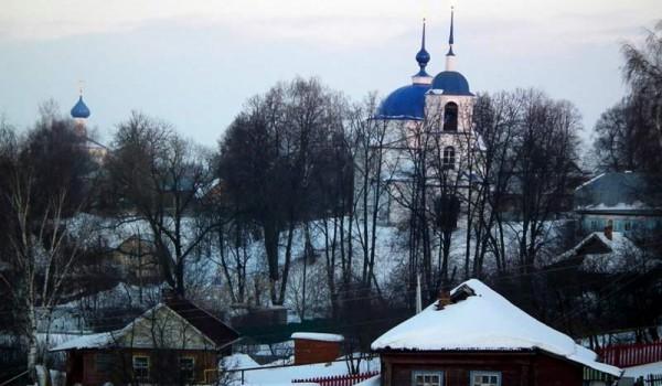 Одноэтажные постройки и церкви в Переславле-Залесском.