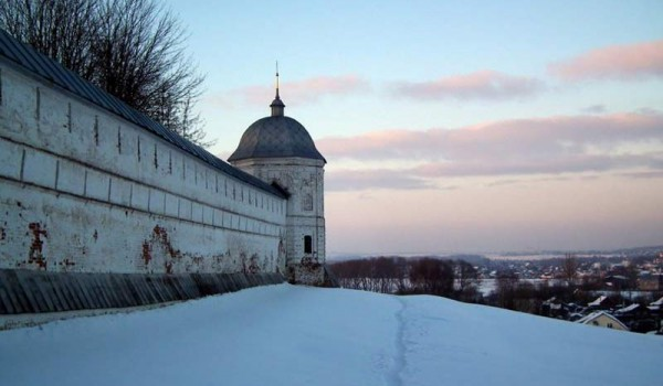 Стена женского монастыря в Переславле-Залесском.