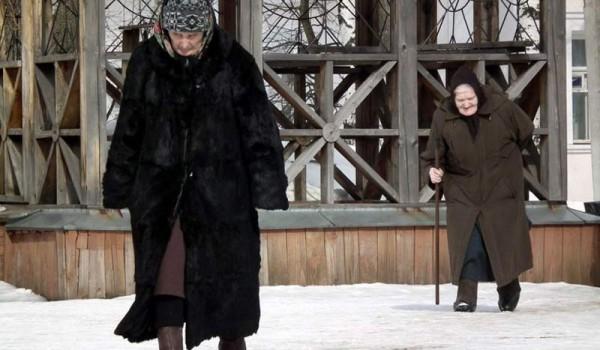 Русские бабушки идут в церковь. Переславль-Залесский.