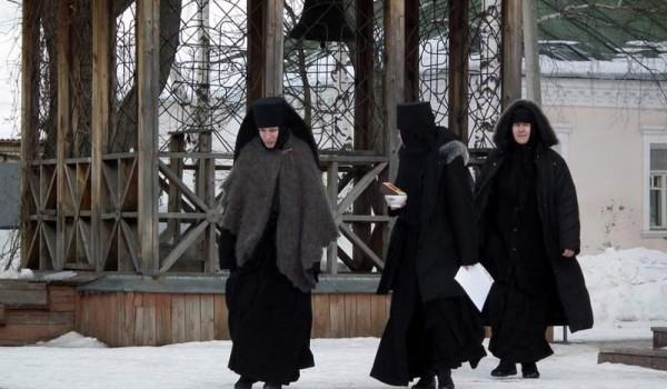 Молодые монахини, певшие в хоре, выходят после церковной службы. Переславль-Залесский.