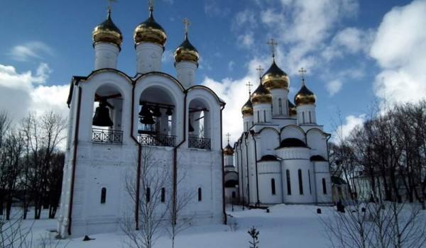 Вид на звонницу и собор женского монастыря. Переславль-Залесский.