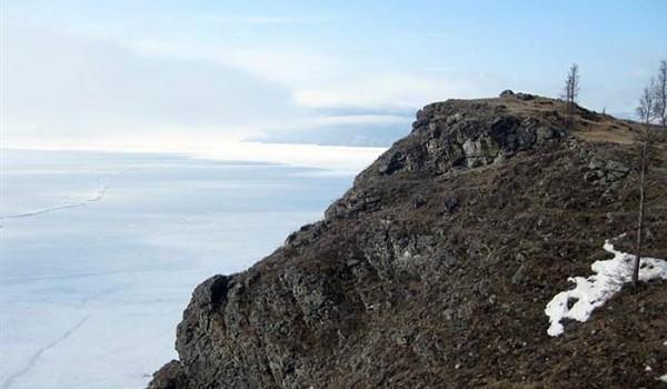 На контрасте с утесом Байкал во льду кажется небесным. Поселок Байкальское. 2010 год.