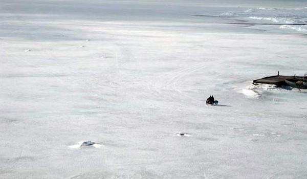 Местные рыбаки едут на озеро на мотоцикле. Поселок Байкальское. 2010 год.