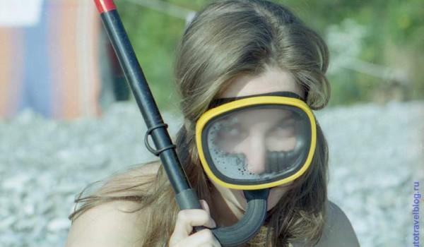 Маска для подводного плавания отлично пригодилась для женского портрета на берегу. Черное море. 1997 год.