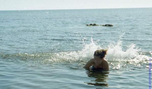 Мария изображает заходящий в гавань дредноут. Черное море. 1997 год.