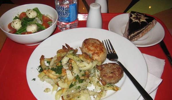 Угадайте, какое из этих блюд можно есть безопасно для здоровья? Санкт-Петербург. 2010 год.