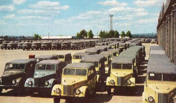 ГАЗ-69 перед на площадке автозавода в Ульяновске.