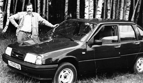 Владимир Савельев и его личный ИЖ-2126 из установочной партии. 1991 год.