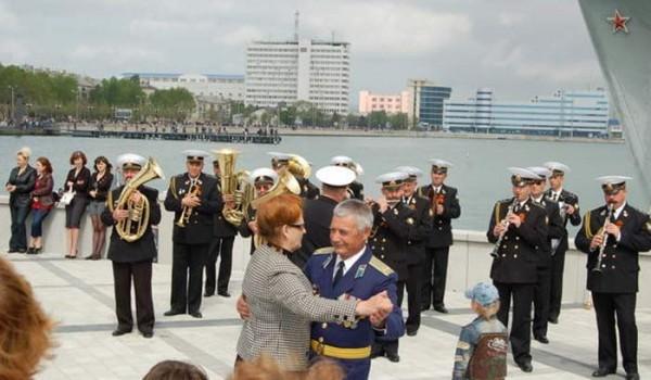 Вальс на набережной. Новороссийск. 31 июля 2011 года.