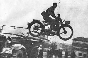 Старший лейтенант Филимонов совершает прыжок через автомобиль - 1936 год