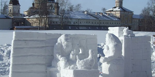 Внутри монастыря музей и выставка снежных скульптур зимой