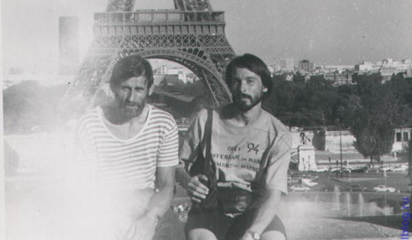 Андреев на фоне Эйфелевой башни. Париж. 1994 год