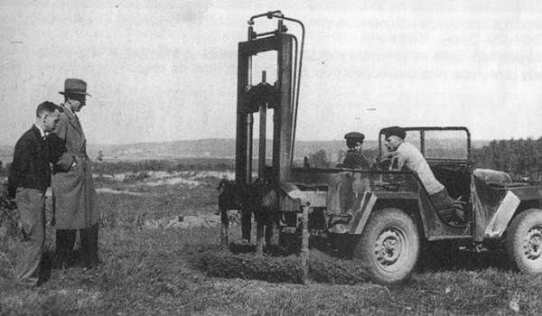 ГАЗ-67Б с буровой установкой для посадки деревьев