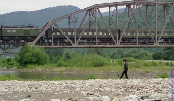 По ущелью вдоль русла речки Джубга можно пройти вверх пять километров, и не встретить ни одного населенного пункта.
