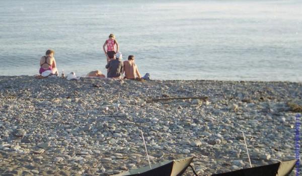 Это пляж в достаточно заселенном месте Аше, но в сентябре к вечеру практически пуст.