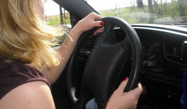 И все же женщина неестественна за рулем.