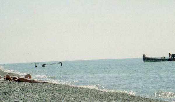 На берегу отдыхающие, а черноморские рыбаки выходят на лов в море. 1997 год.