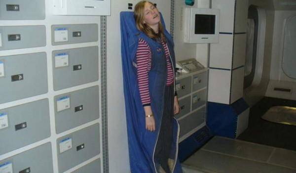 Спальный мешок, прикрепленный к стене орбитальной станции.