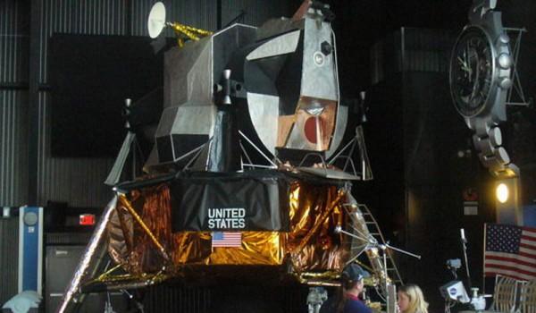 На этом спускательном аппарате астронавты высаживались на Луну.