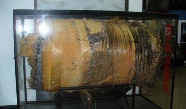 Кусок найденного фрагмента первой орбитальной станции Skylab.