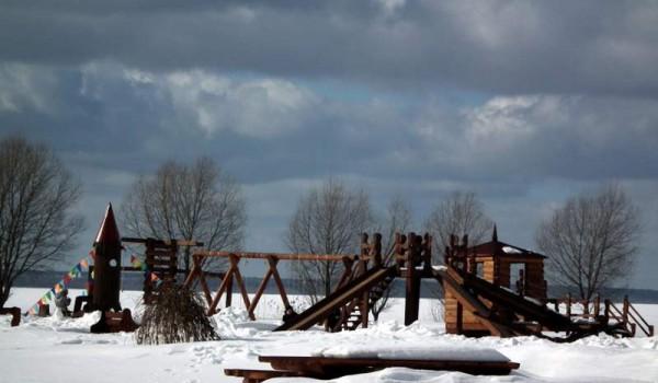 Детская площадка на окраине Переславля-Залесского была пуста.
