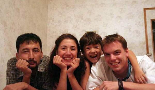 Зокир, Аида, мальчик Роберт и я (Матиас).