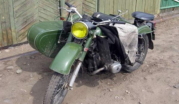 Старый советский мотоцикл. Поселок Байкальское. 2010 год.