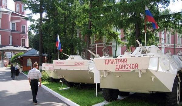 Бронетехника в Донском монастыре. Москва, 2005 год.